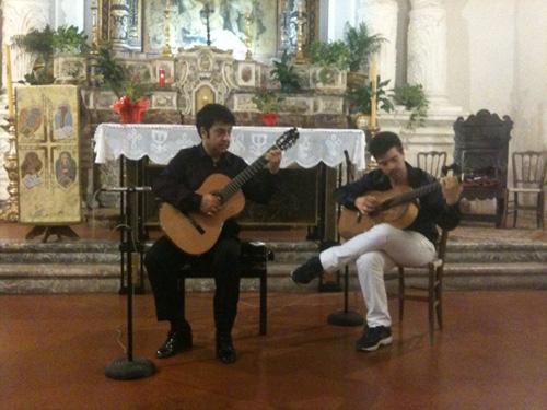 Corriere del sud zafferana etnea i chitarristi agatino for Di mauro arredi zafferana
