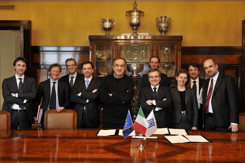Group picture of the signature between FIAT and the EIB in Turin on March 2011